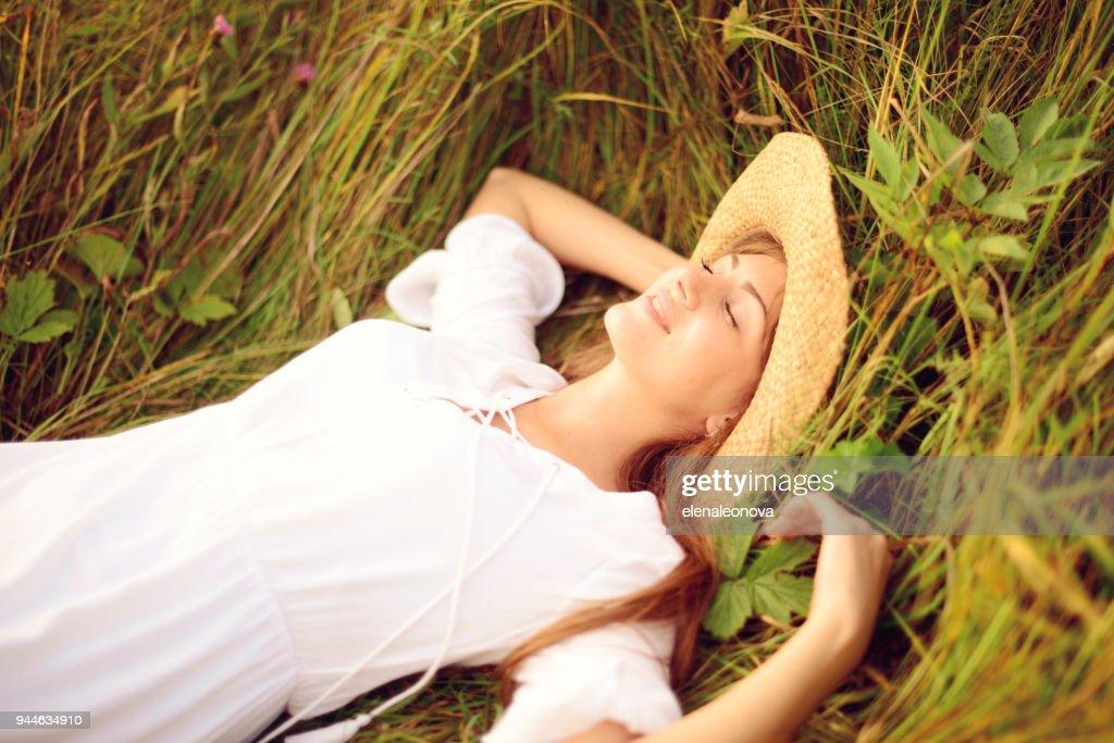 Hermosas mujeres jóvenes en la naturaleza : Foto de stock