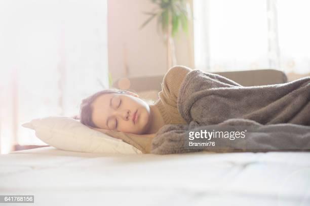 Hermosas mujeres jóvenes durmiendo y soñando