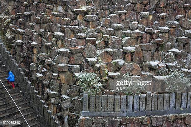 beautifully terraced stone wall at snowy tanukidani fudo-in temple in kyoto, japan - shingon buddhismus stock-fotos und bilder