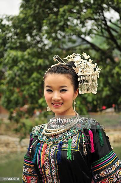 beautilful miao woman in guizhou - province du guizhou photos et images de collection