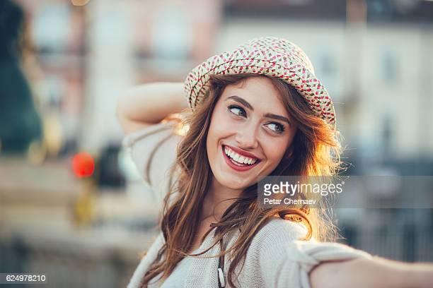 beauty and joy - femme au chapeau photos et images de collection