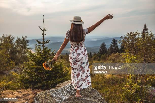 schönheit und natur vereint - kleidungsstück stock-fotos und bilder