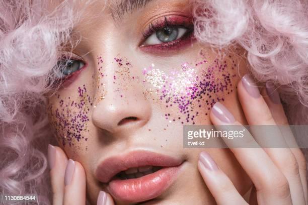 bellezza e lucentezza - trucco per il viso foto e immagini stock