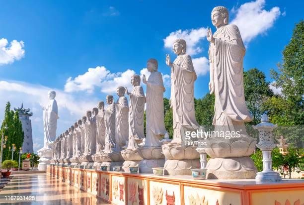 a arquitetura da beleza conduz à estátua do senhor buddha que brilha no pagoda de dai tong lam - história - fotografias e filmes do acervo