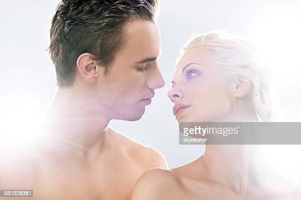 Schöne paar geht zu küssen.