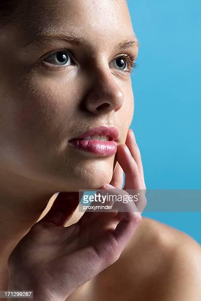 Beauté visage cowered avec gouttes d'eau