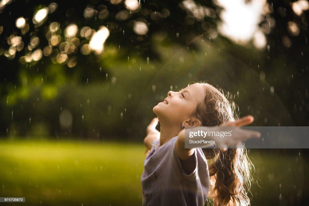 Menina de beleza na chuva na natureza : Foto de stock