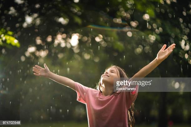 美しさの少女は幸せなので雨の中 - 晴れている ストックフォトと画像