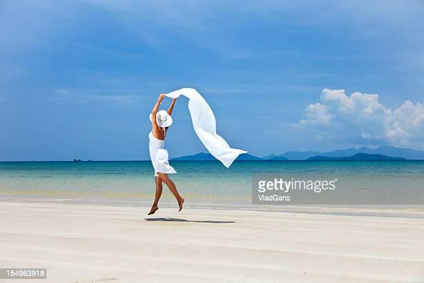 Schönheit Mädchen springen auf Meer im Hintergrund