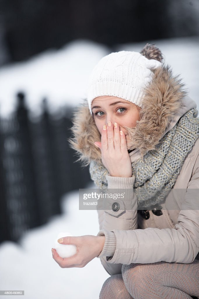 Chica de belleza sobre el fondo de invierno : Foto de stock