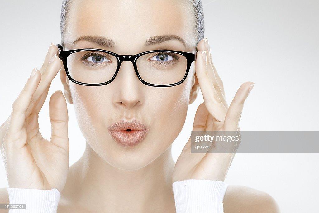 Beauté photo de Belle femme tenant Lunettes de vue et souffle baisers