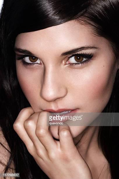 Brunette foto de belleza de mujer joven modelo de modas, primer plano