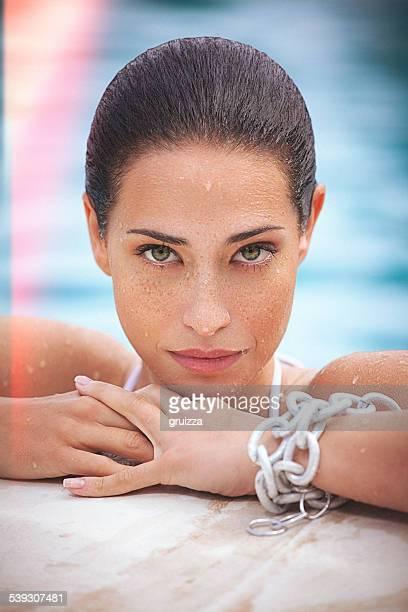 Beauté photo de jeune femme avec freckless sur son visage