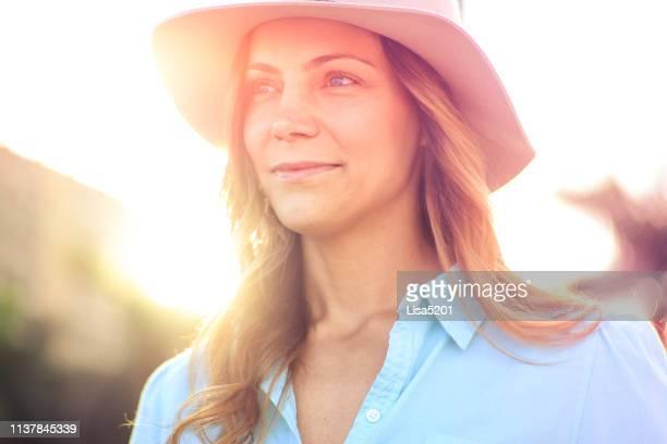 beauty in a big hat - fascinante imagens e fotografias de stock