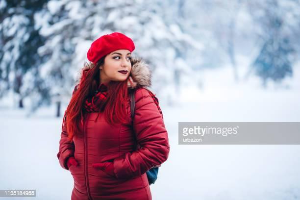 schoonheid in de sneeuw - handen in de zakken stockfoto's en -beelden
