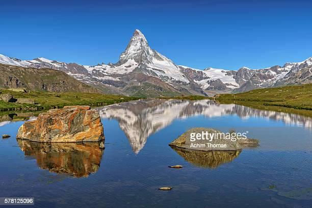 beauty of nature at lake stellisee, zermatt, switzerland - achim thomae stock-fotos und bilder