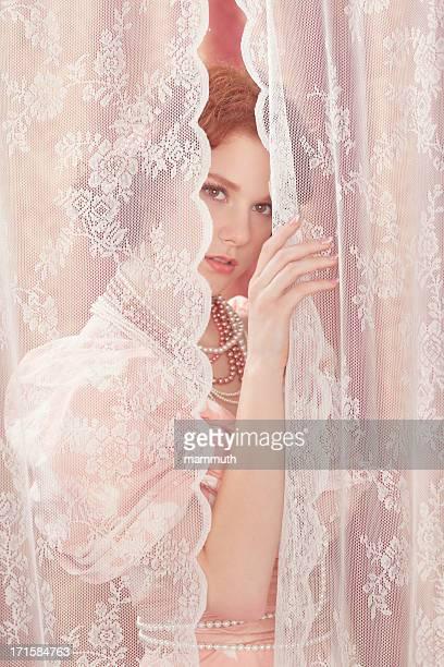 美しいカーテンの後ろのレースブラウス - プリンセス ストックフォトと画像