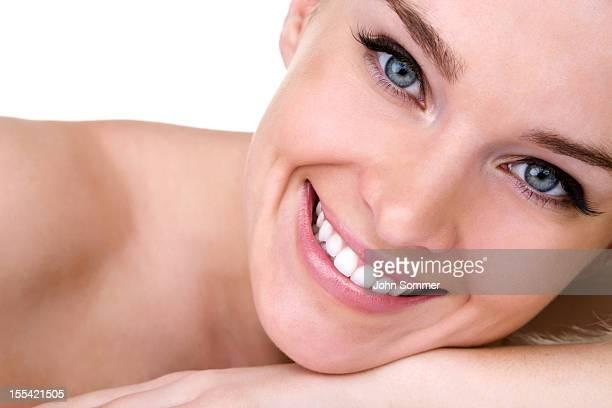 belleza. - piel bonita mujer desnuda tumbada fotografías e imágenes de stock