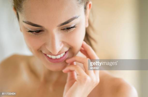 beauty portrait of a woman in the bathroom - beleza natural imagens e fotografias de stock