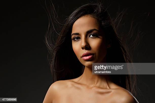 Schönheit Porträt von schöne mixed-Rennen Junge Frau mit langen Haaren