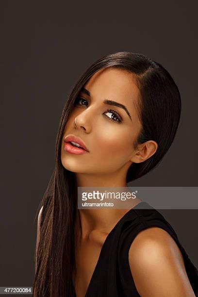 Schönheit Porträt von schöne Junge Frau mit langen Haar