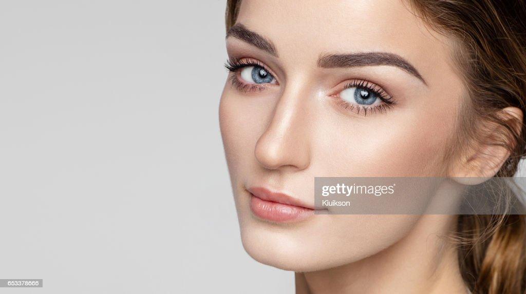 自然のきれいな肌を持つ女性の顔の美しさの肖像画 : ストックフォト