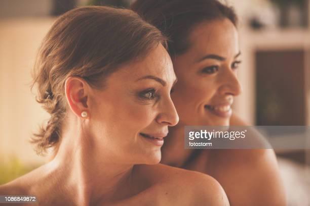 beauty porträtt av två kvinnor - medelålders kvinnor naken bildbanksfoton och bilder