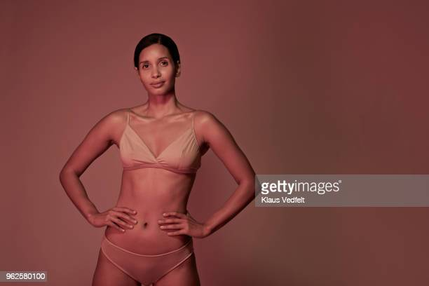 beauty portrait of woman in underwear - handen op de heupen stockfoto's en -beelden