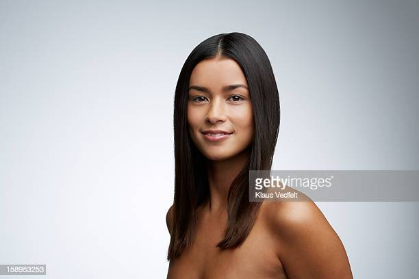 beauty portrait of woman smiling to camera - cabelo liso - fotografias e filmes do acervo