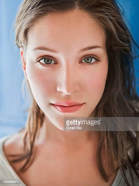 beauty portrait of young woman - brune aux yeux bleus photos et images de collection