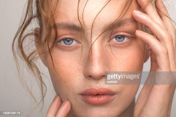 若い女性の美の肖像 - 素顔 ストックフォトと画像