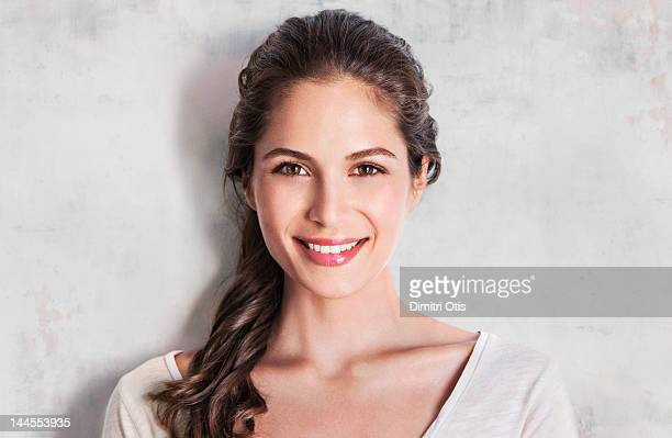 beauty portrait of young woman smiling - mulher bonita imagens e fotografias de stock
