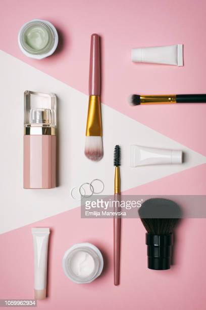beauty products knolling - make up stockfoto's en -beelden