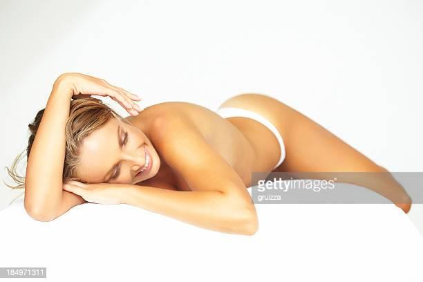 Foto de belleza de mujer hermosa rubia relajante en mesa de masajes