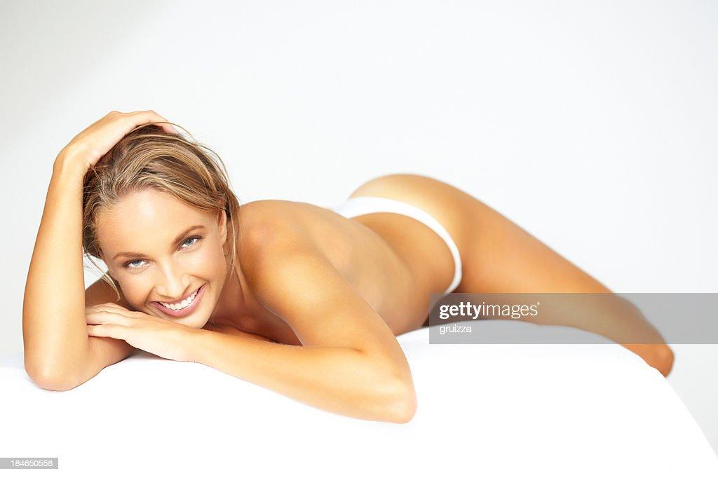 Foto de belleza de mujer hermosa rubia espera para un tratamiento de spa : Foto de stock
