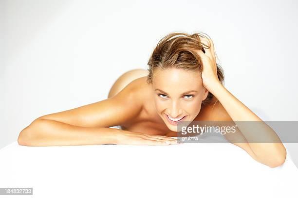 foto de belleza de mujer hermosa rubia espera para un tratamiento de spa - piel bonita mujer desnuda tumbada fotografías e imágenes de stock
