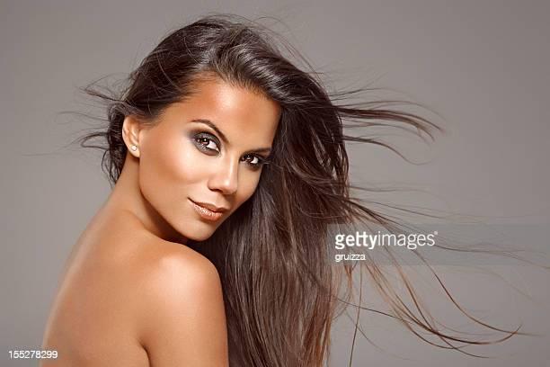 Coup de beauté de belle Brunette femme avec flottant Cheveux longs