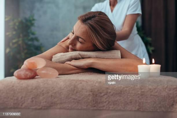 schönheitsbehandlungen und massage - kurbehandlung stock-fotos und bilder