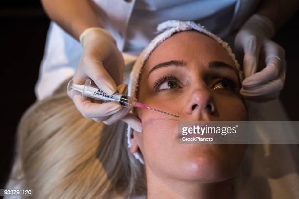 Schoonheid jonge vrouwen met botox behandeling in de beauty salon