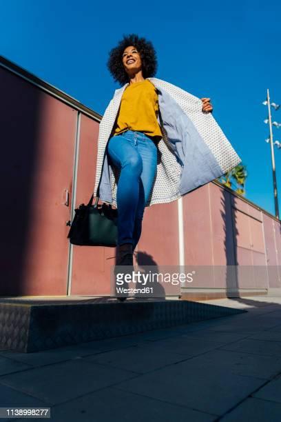 beauutiful woman commuting in the city - handtasche stock-fotos und bilder