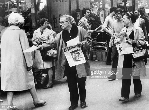 Beauvoir Simone de *Schriftstellerin Feministin Philosophin Frankreich mit JeanPaul Sartre beim Verteilen der Zeitschrift 'La cause du peuple' 1968