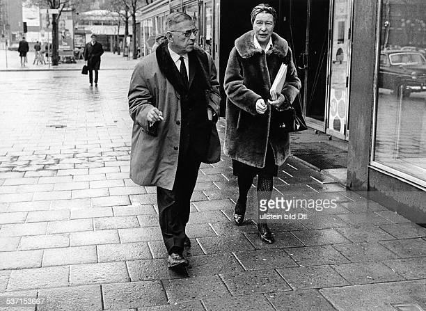 Beauvoir Simone de Schriftstellerin Feministin Philosophin Frankreich mit JeanPaul Sartre in Stockholm Schweden 1967