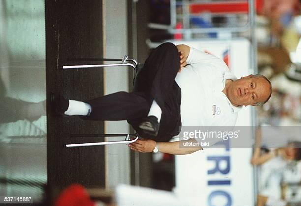 Beck Emil FechtBundestrainer D Ganzkoerperaufnahme sitzt auf einem Stuhl 1990
