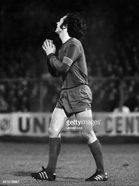 Beckenbauer Franz *Fussballspieler Trainer DMitglied der Nationalmannschaft 19651977Weltmeister 1974/ Europameister 1972 sendet ein Stossgebet...