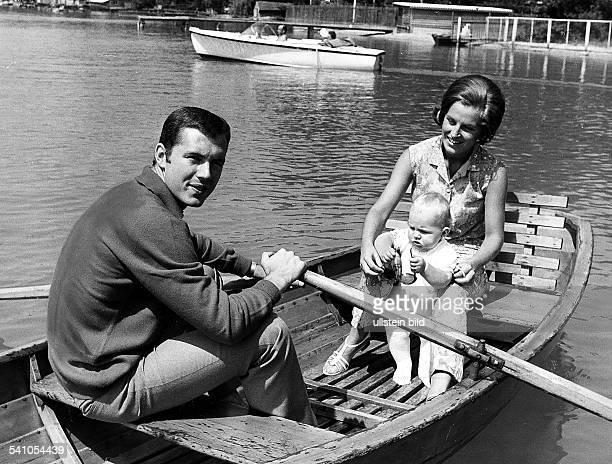 Beckenbauer Franz *Fussballspieler Trainer DMitglied der Nationalmannschaft 19651977Weltmeister 1974/ Europameister 1972 Kahnpartie mit Ehefrau...