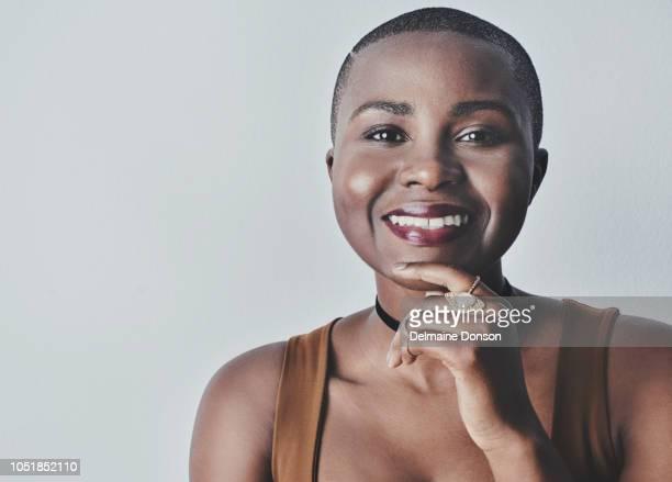 become a woman who's comfortable in her own skin - capelli rasati foto e immagini stock