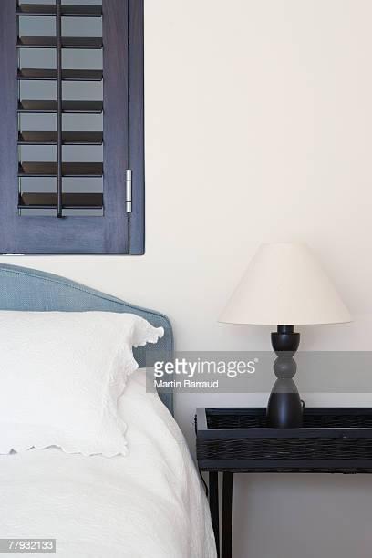 Bett und Nachttisch mit Lampe