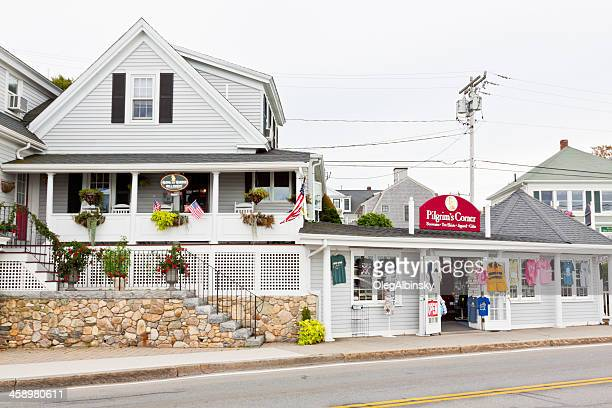 bed and breakfast next to gift shop in new england - plymouth massachusetts stock photos and pictures