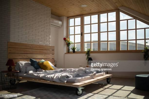 letto in appartamento moderno - morning foto e immagini stock