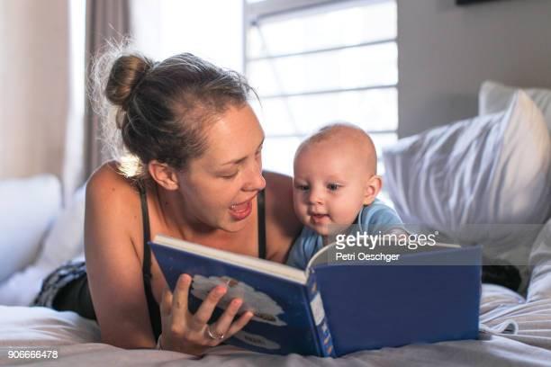 bed time stories. - 2 5 mesi foto e immagini stock